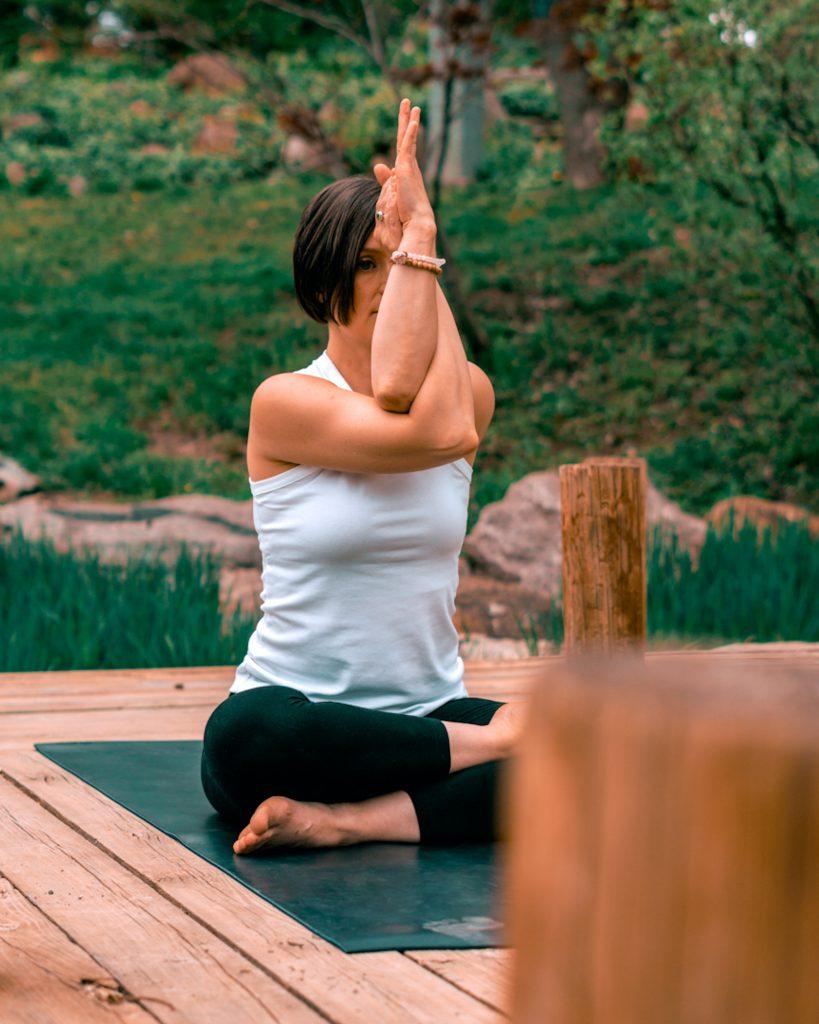 Armhaltung Yoga Adler